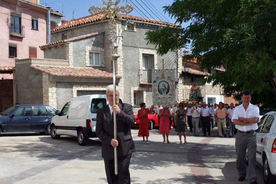 Emilio Martínez Villalba, llevando la cruz